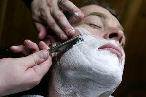 Come radersi con il rasoio a mano libera