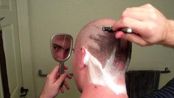 Come radersi la testa con la lametta